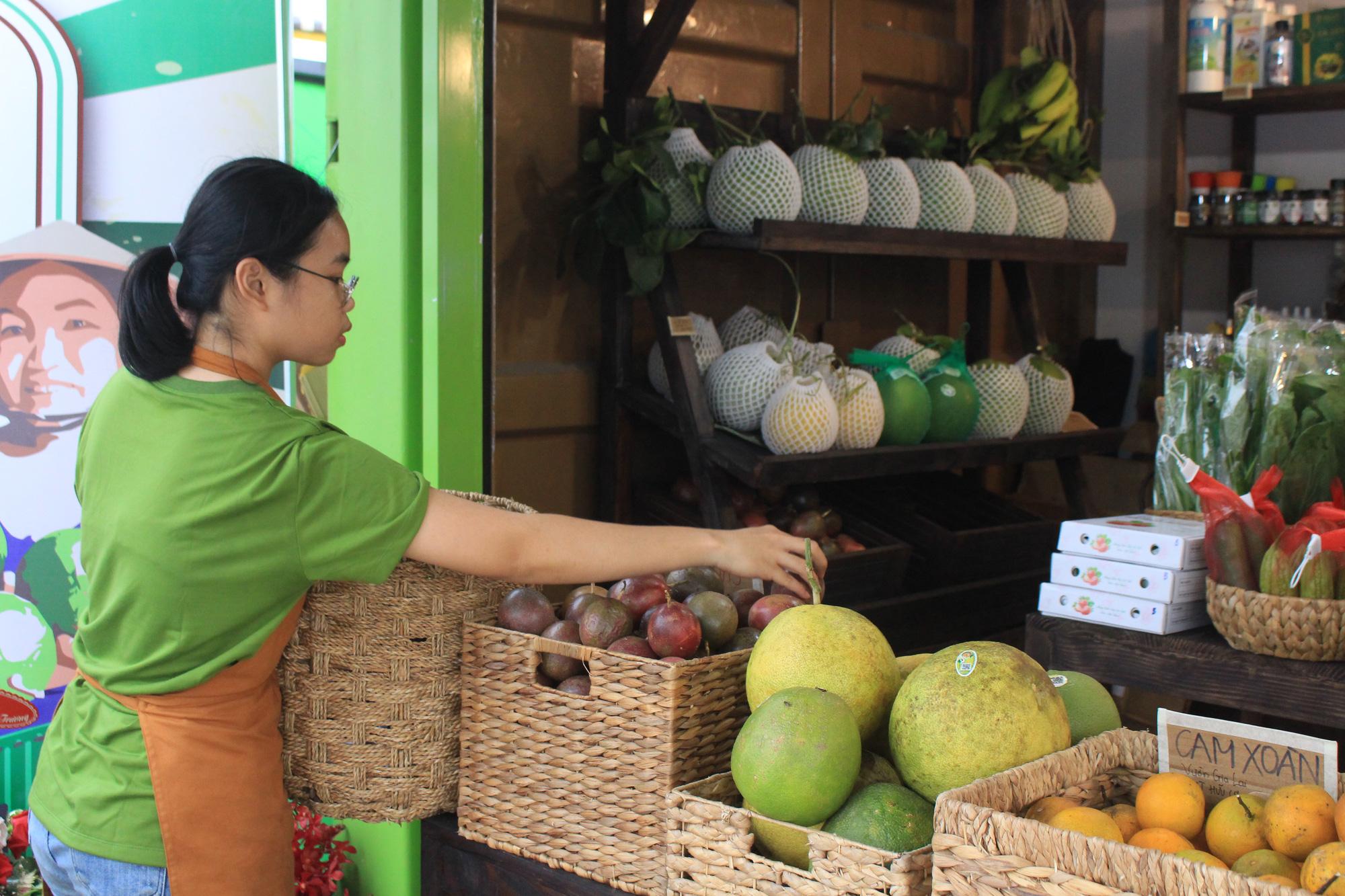 Siêu thị của nông dân đầu tiên ở Sài Gòn có gì, mà vừa mở bán, thanh long, cam canh đã bị mua sạch? - Ảnh 6.