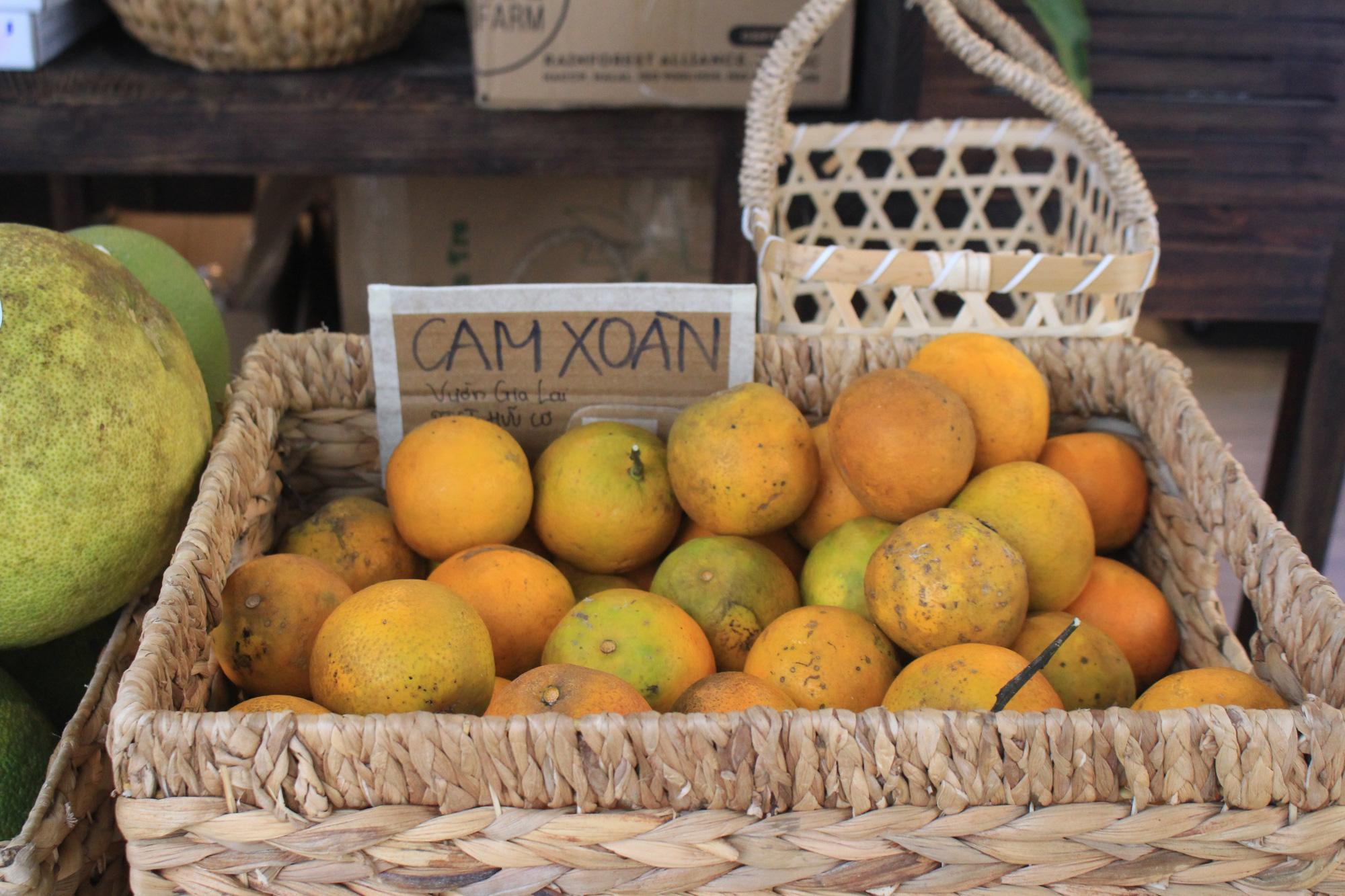 Siêu thị của nông dân đầu tiên ở Sài Gòn có gì, mà vừa mở bán, thanh long, cam canh đã bị mua sạch? - Ảnh 7.