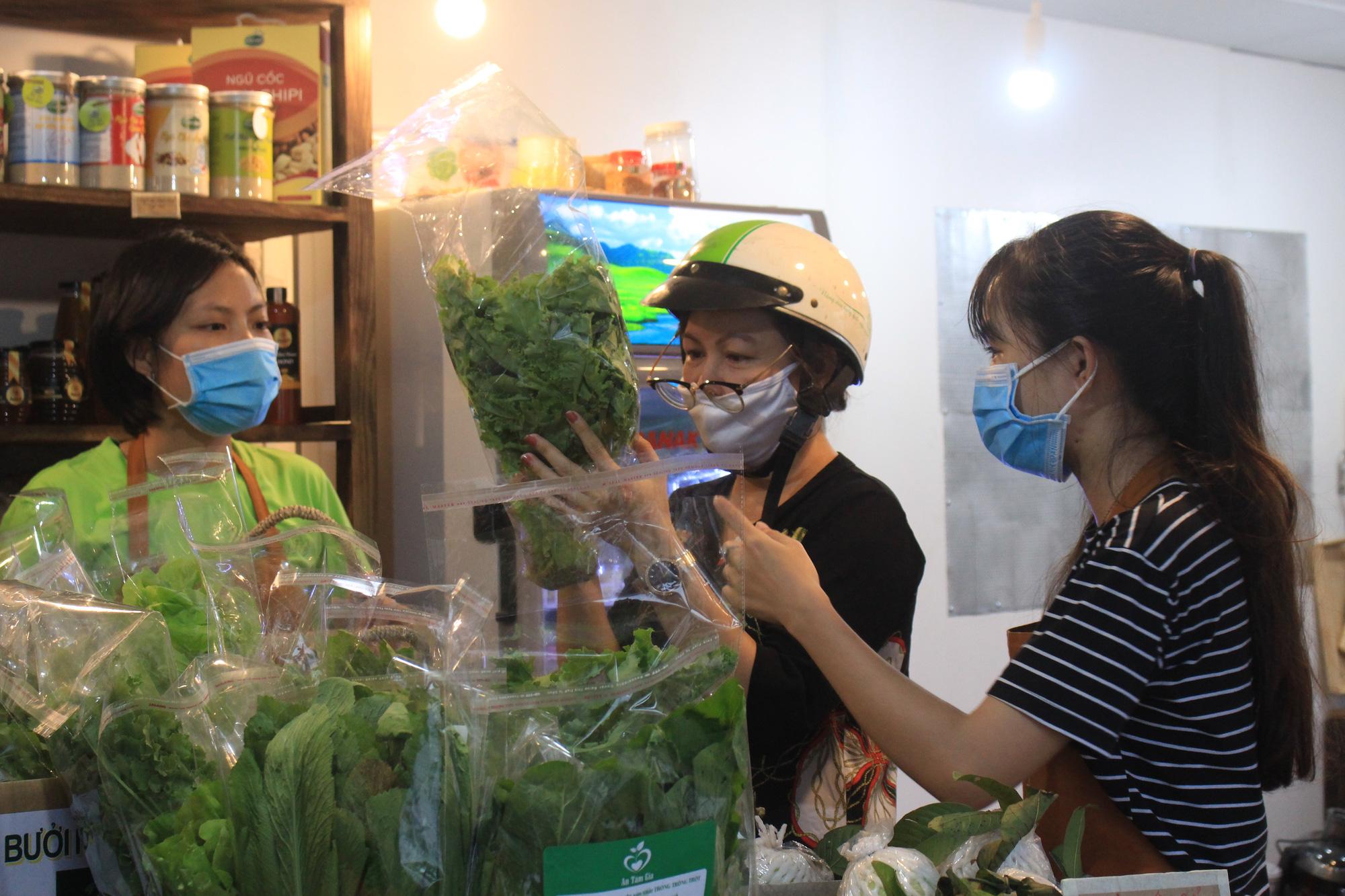 Siêu thị của nông dân đầu tiên ở Sài Gòn có gì, mà vừa mở bán, thanh long, cam canh đã bị mua sạch? - Ảnh 2.