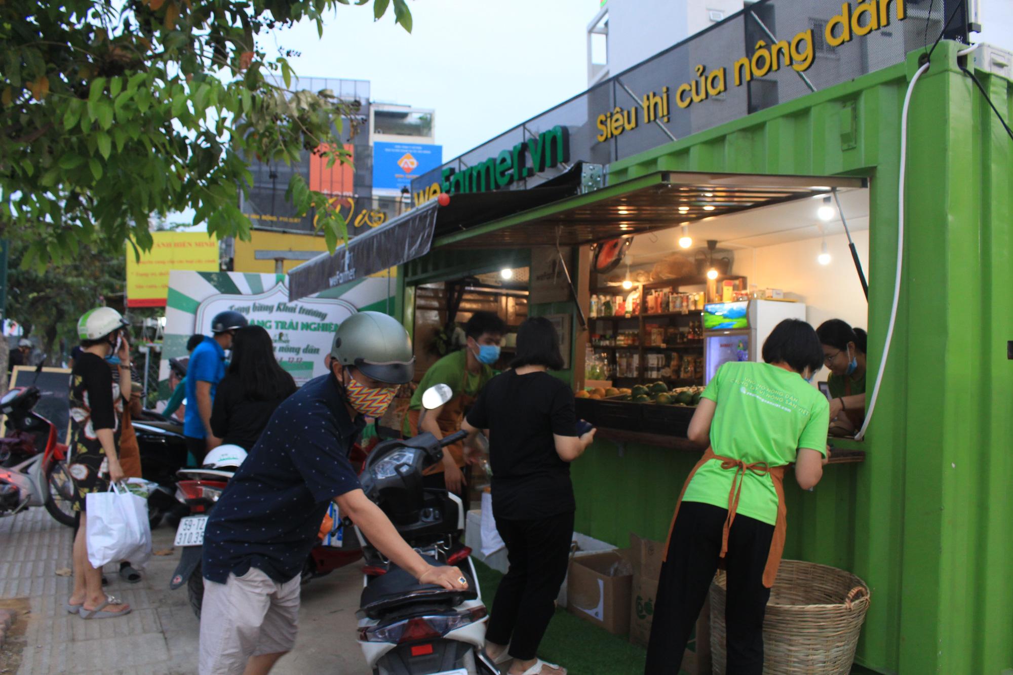 Siêu thị của nông dân đầu tiên ở Sài Gòn có gì, mà vừa mở bán, thanh long, cam canh đã bị mua sạch? - Ảnh 1.