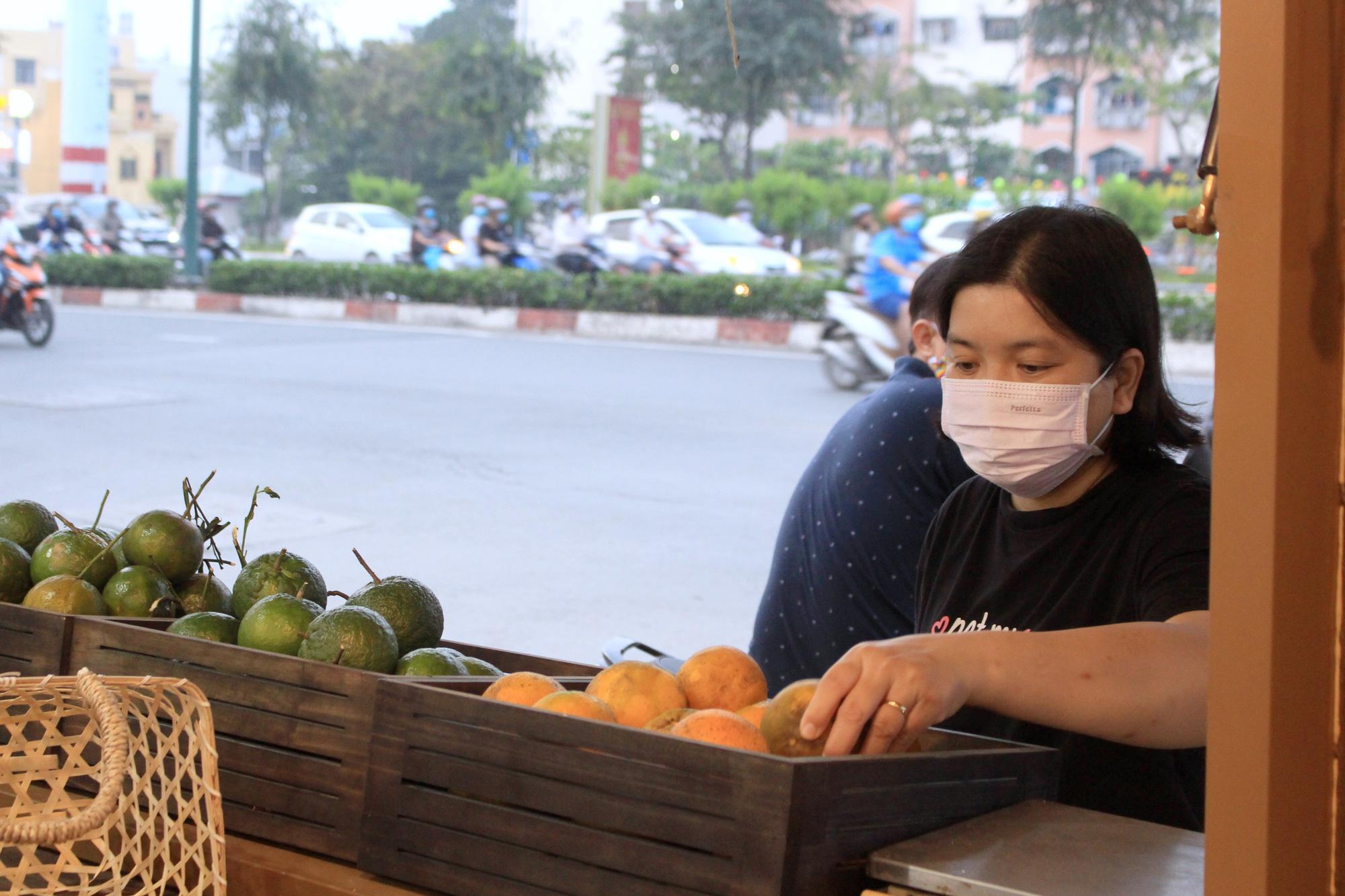 Siêu thị của nông dân đầu tiên ở Sài Gòn có gì, mà vừa mở bán, thanh long, cam canh đã bị mua sạch? - Ảnh 4.