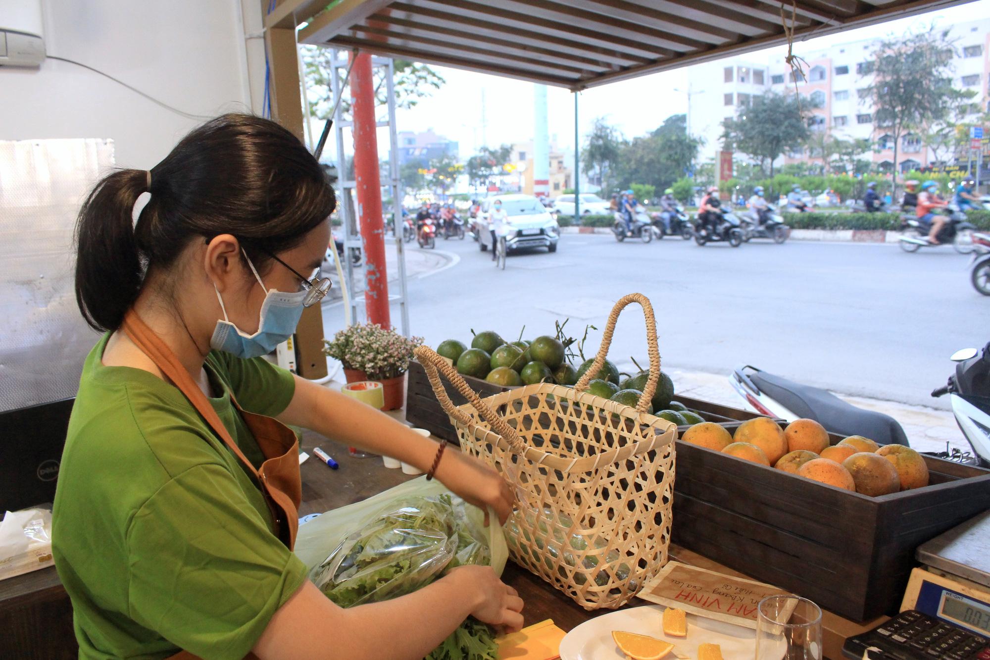 Siêu thị của nông dân đầu tiên ở Sài Gòn có gì, mà vừa mở bán, thanh long, cam canh đã bị mua sạch? - Ảnh 11.