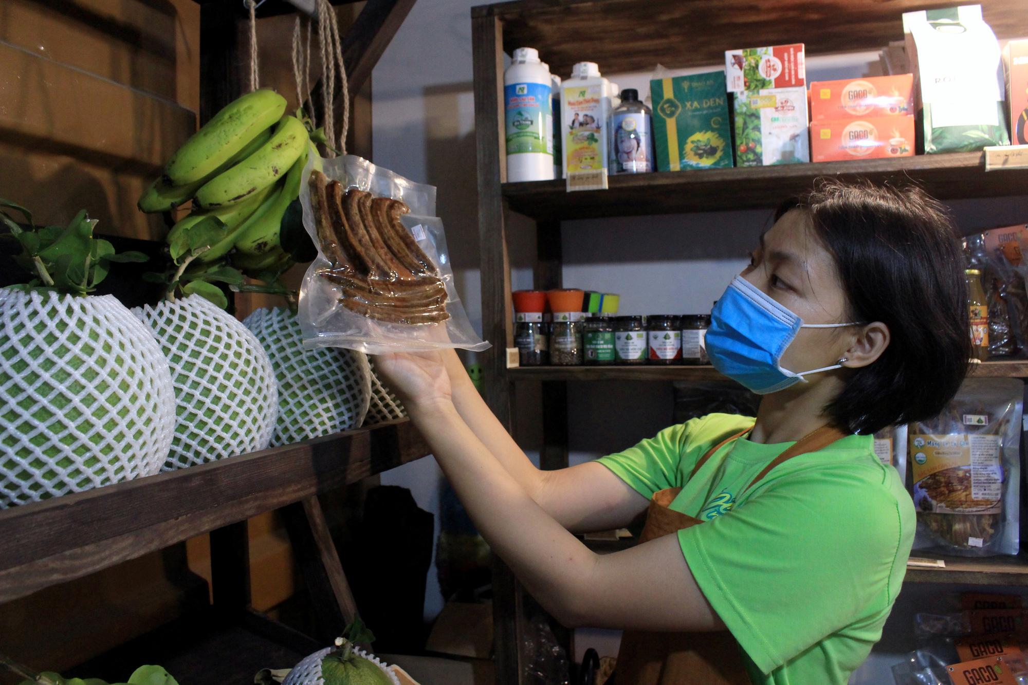 Siêu thị của nông dân đầu tiên ở Sài Gòn có gì, mà vừa mở bán, thanh long, cam canh đã bị mua sạch? - Ảnh 10.