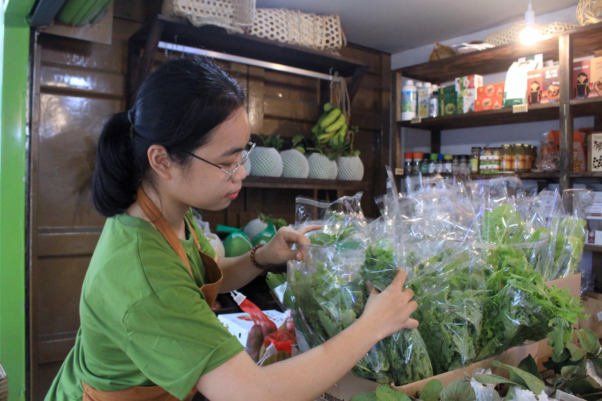 Siêu thị của nông dân đầu tiên ở Sài Gòn có gì, mà vừa mở bán, thanh long, cam canh đã bị mua sạch? - Ảnh 3.