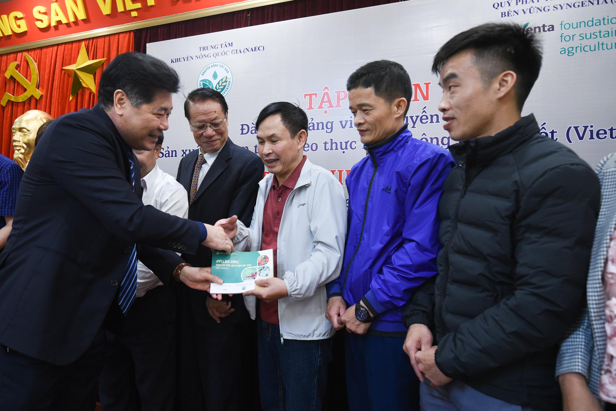 Hà Nội: Cán bộ khuyến nông học trồng rau VietGAP - Ảnh 2.