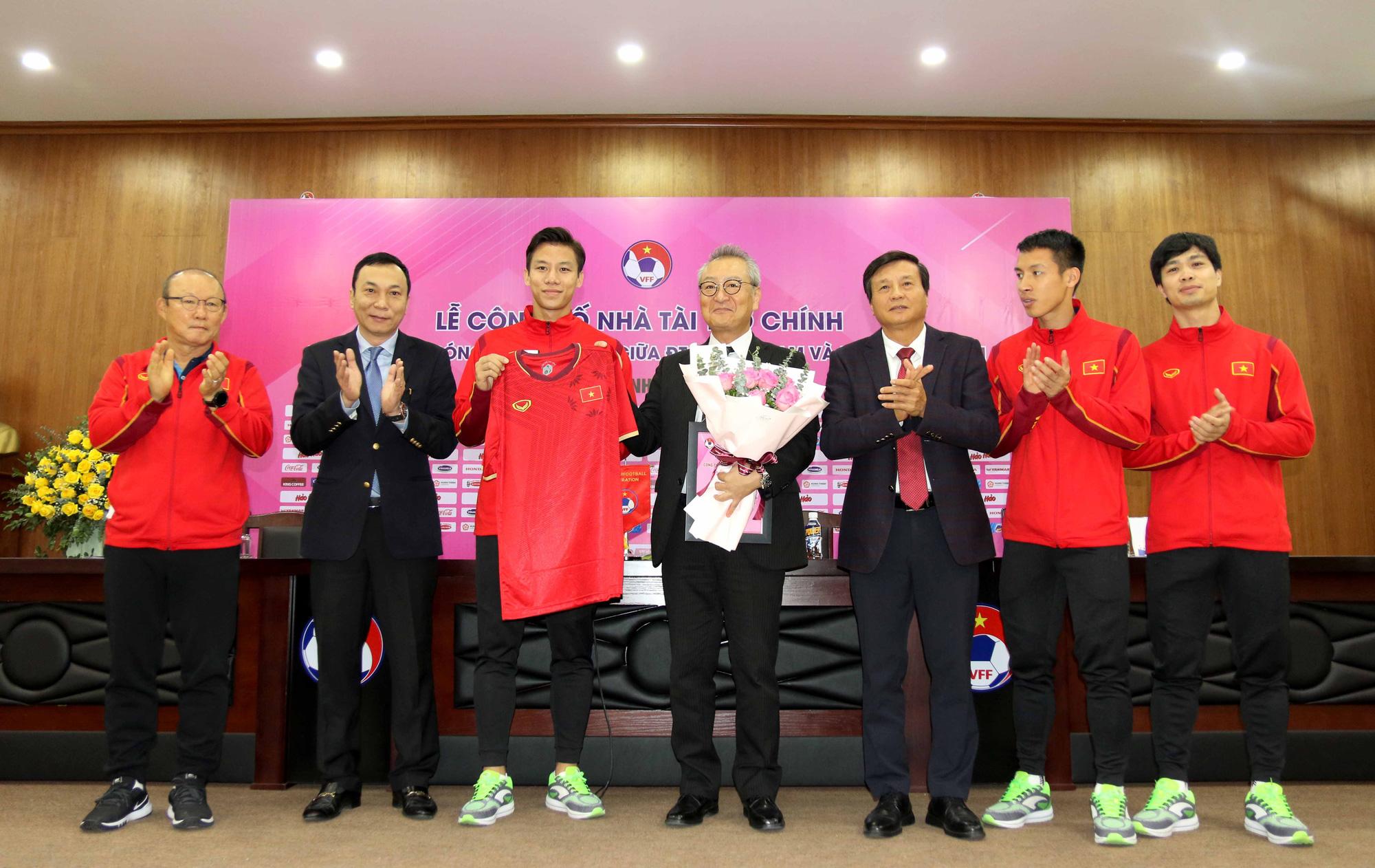 HLV Park Hang-seo cùng các họ trò trao tặng áo thi đấu của ĐT Việt Nam cho đại diện nhà tài trợ.
