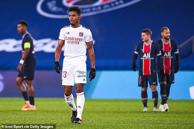 Thiago Mendes gặp rắc rối lớn sau pha va chạm với Neymar.