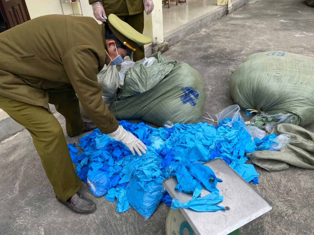 Thu giữ hơn 33000 chiếc găng tay cao su đã qua sử dụng nhập lậu - Ảnh 1.