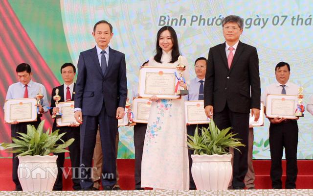 Ông Trần Ngọc Thuận trao bằng khen cho các đơn vị trong lễ tuyên dương Câu lạc bộ 2 tấn/ha