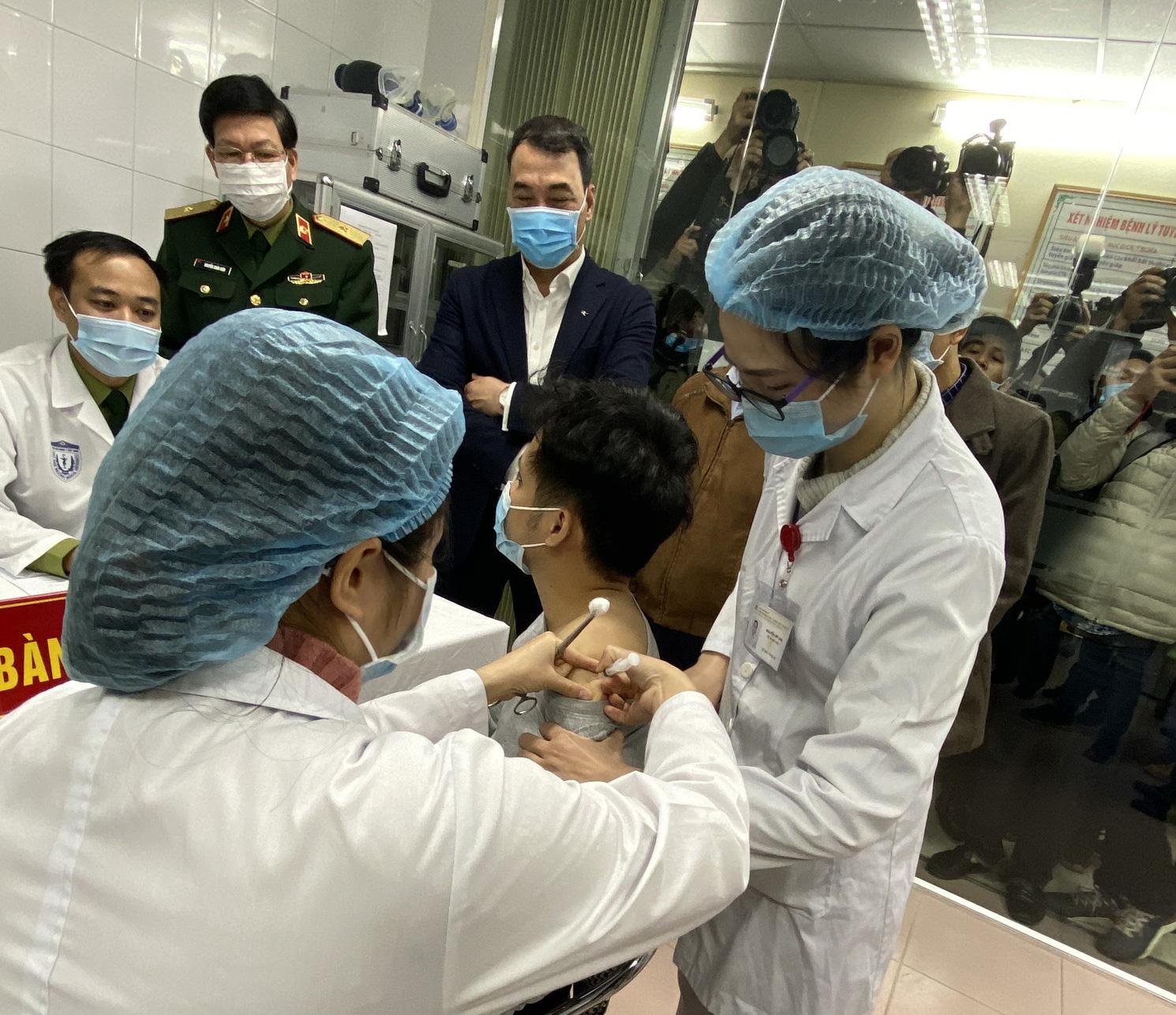 Cận cảnh: Người Việt đầu tiên tiêm thử nghiệm vắc-xin Covid-19 Nano Covax - Ảnh 4.