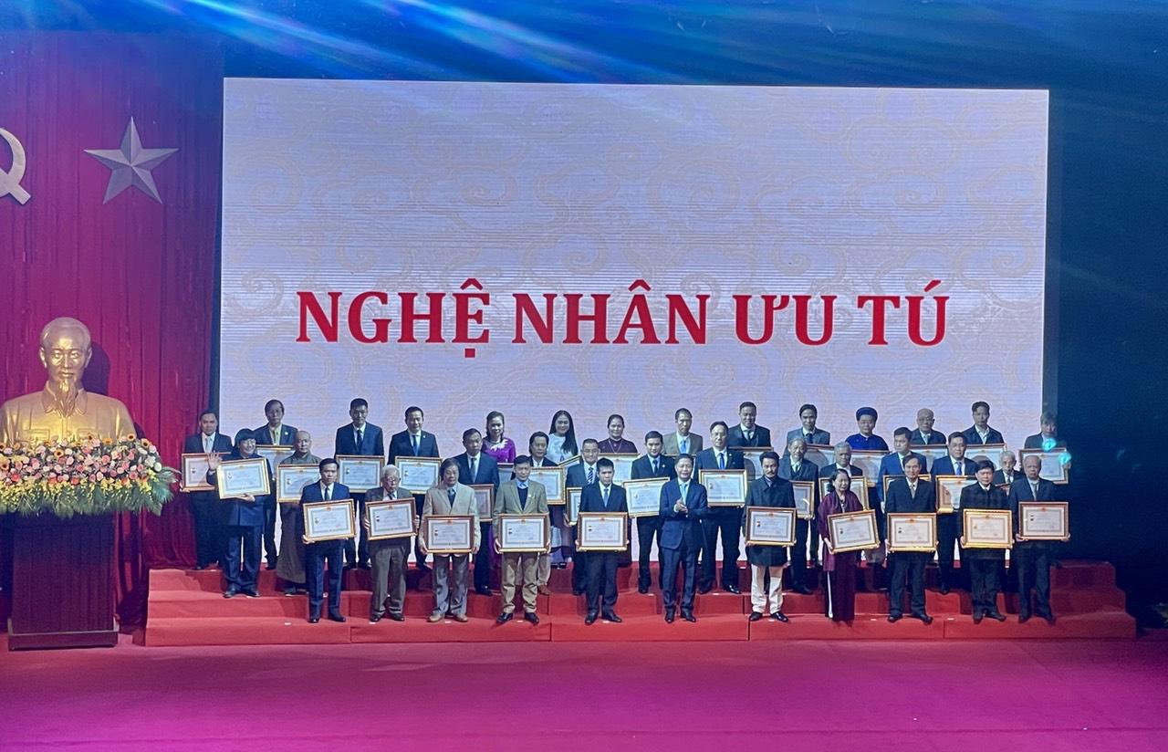 PNJ vinh dự có 6 nghệ nhân được trao tặng danh hiệu nghệ nhân ưu tú ngành Kim Hoàn - Ảnh 1.