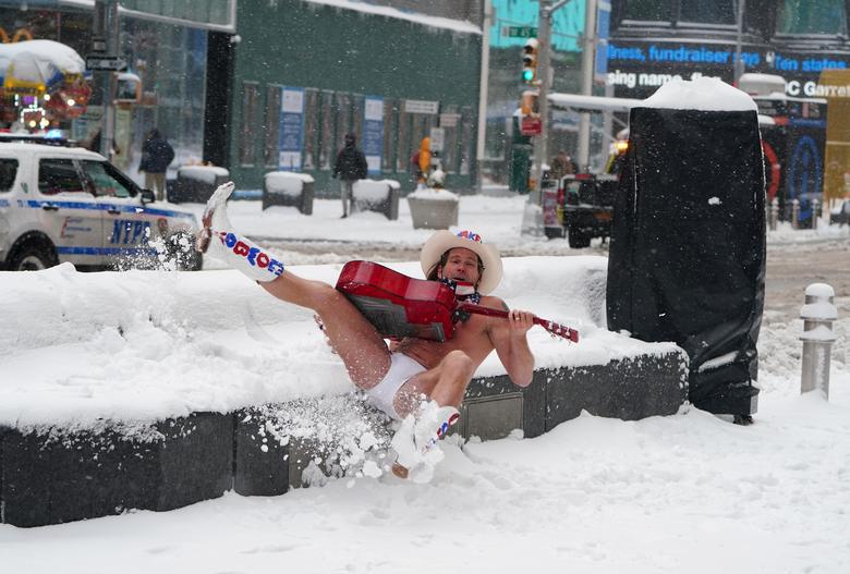 """Bão tuyết dày hơn 60 cm """"nhấn chìm"""" New York  - Ảnh 11."""