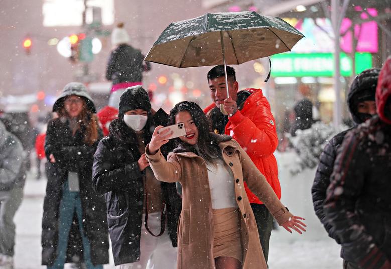 """Bão tuyết dày hơn 60 cm """"nhấn chìm"""" New York  - Ảnh 8."""