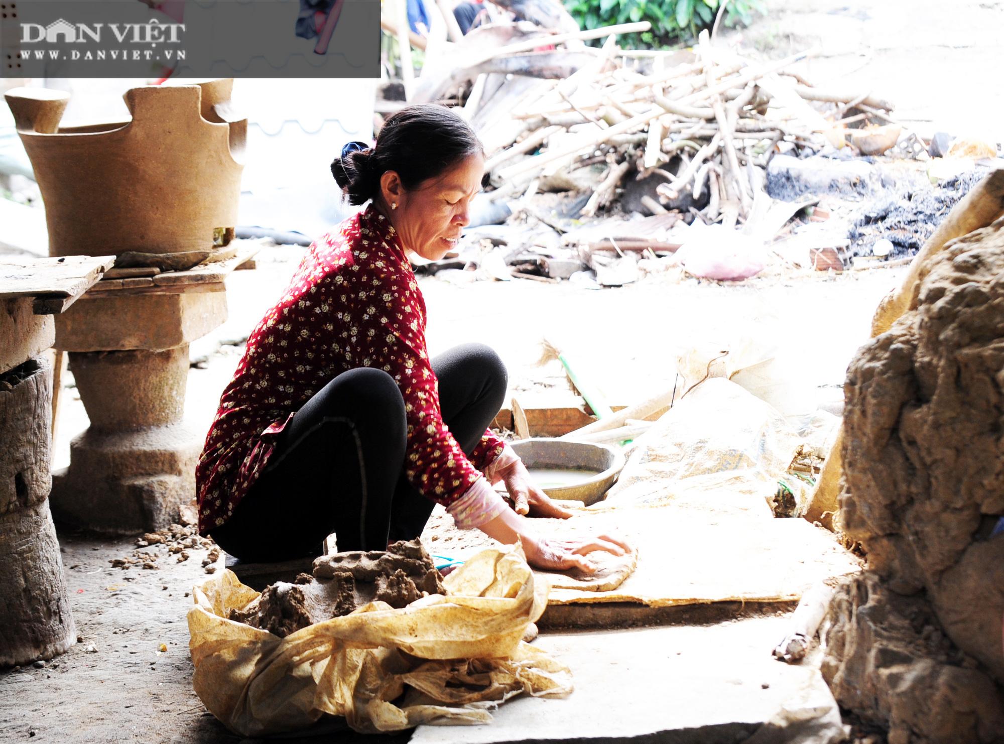 Về làng gốm Phnôm Pi ở vùng Bảy Núi, xem các chị làm nồi đất, khuôn bánh bằng tay - Ảnh 1.