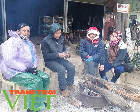 Nhiệt độ tụt sâu, người dân vùng cao co ro trong giá lạnh - Ảnh 2.