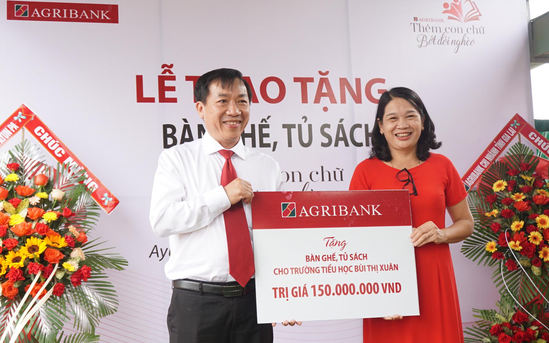 """Agribank Gia Lai trao tặng tủ, bàn ghế cho học sinh """"thêm con chữ, bớt đói nghèo"""""""