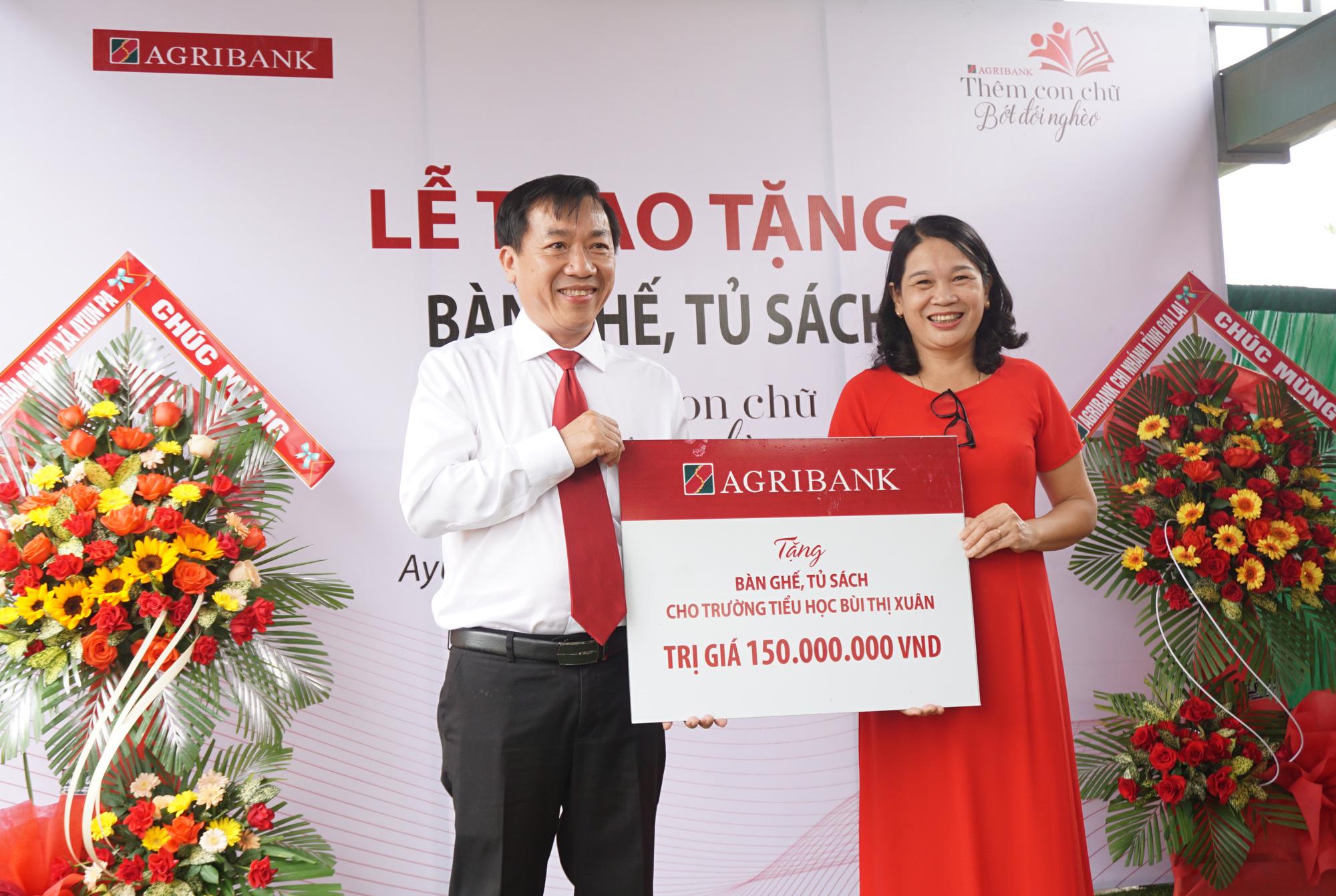 """Agribank chi nhánh Gia Lai: Trao tặng tủ, bàn ghế cho học sinh """"thêm con chữ, bớt đói nghèo"""" - Ảnh 1."""