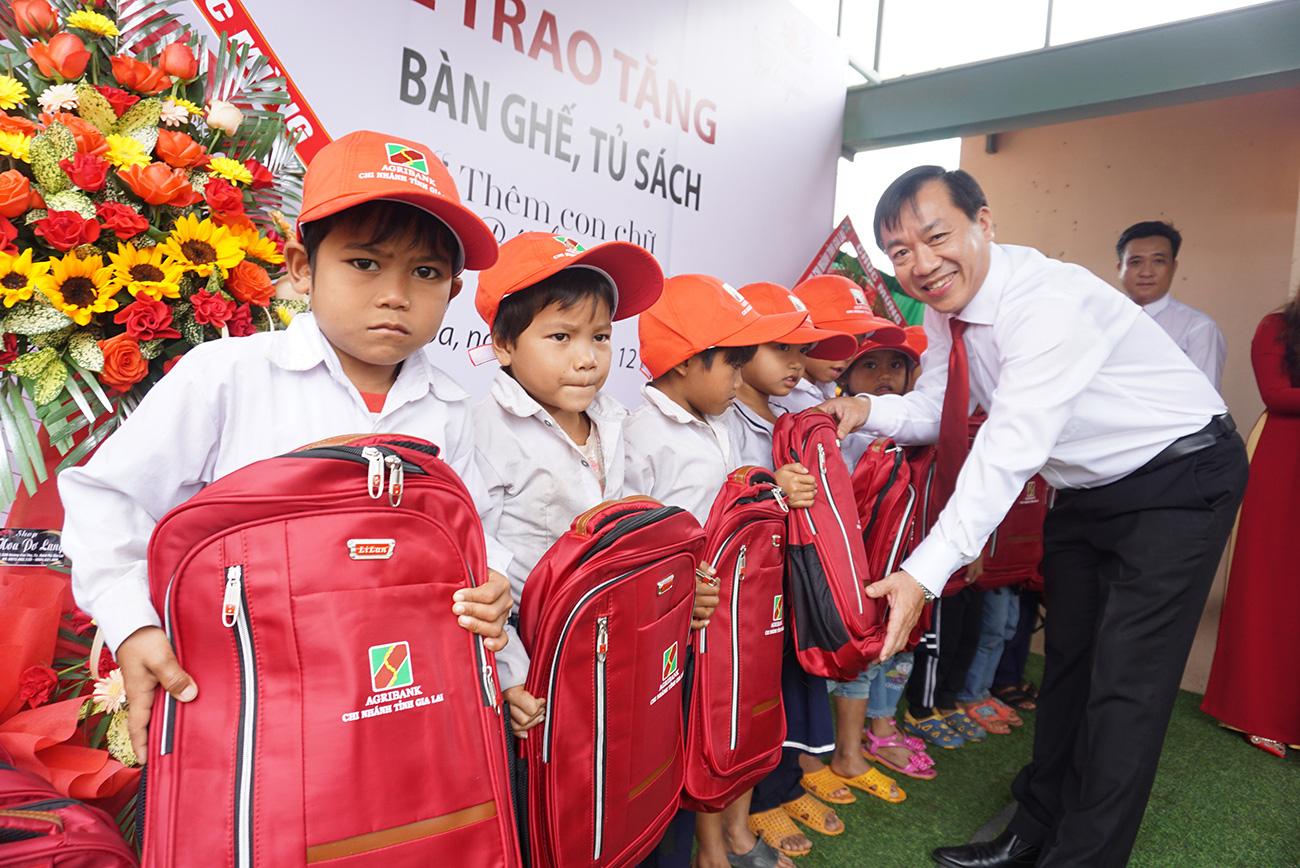 """Agribank chi nhánh Gia Lai: Trao tặng tủ, bàn ghế cho học sinh """"thêm con chữ, bớt đói nghèo"""" - Ảnh 2."""