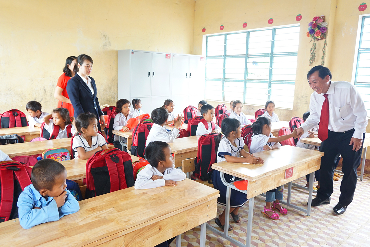 """Agribank chi nhánh Gia Lai: Trao tặng tủ, bàn ghế cho học sinh """"thêm con chữ, bớt đói nghèo"""" - Ảnh 4."""