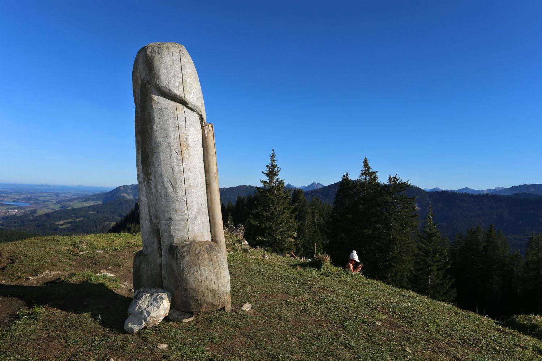 """Cảnh sát truy tìm bức tượng gỗ mô phỏng hình """"của quý"""" khổng lồ mất tích bí ẩn, không dấu vết - Ảnh 1."""