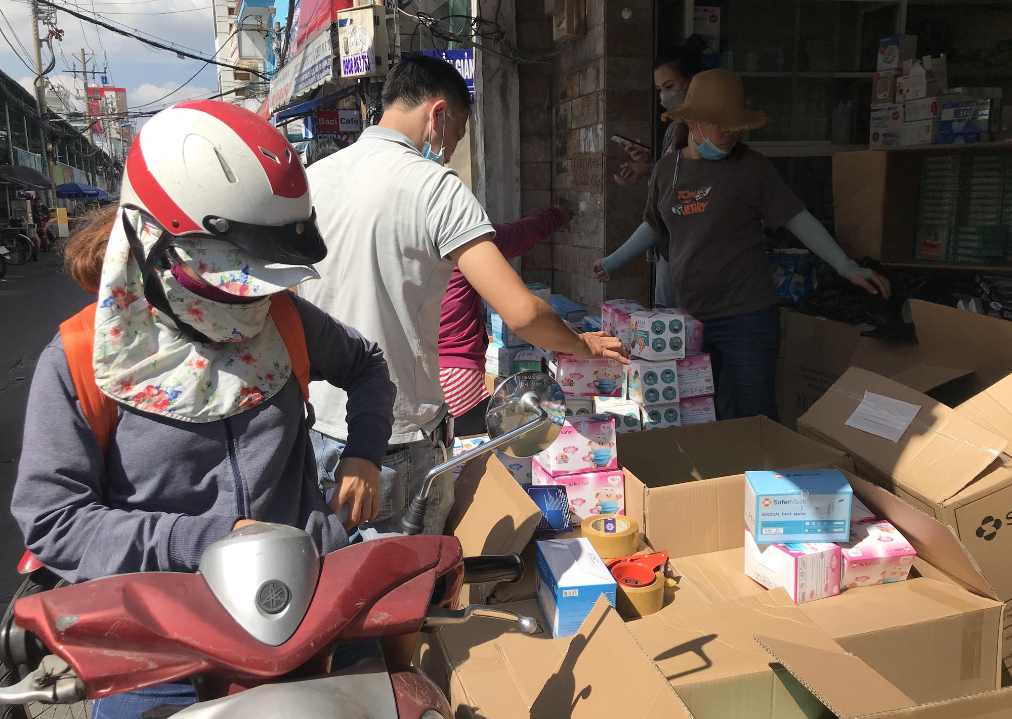 Covid-19 tại TP.HCM: Người dân lại ùn ùn kéo đi mua khẩu trang y tế - Ảnh 7.