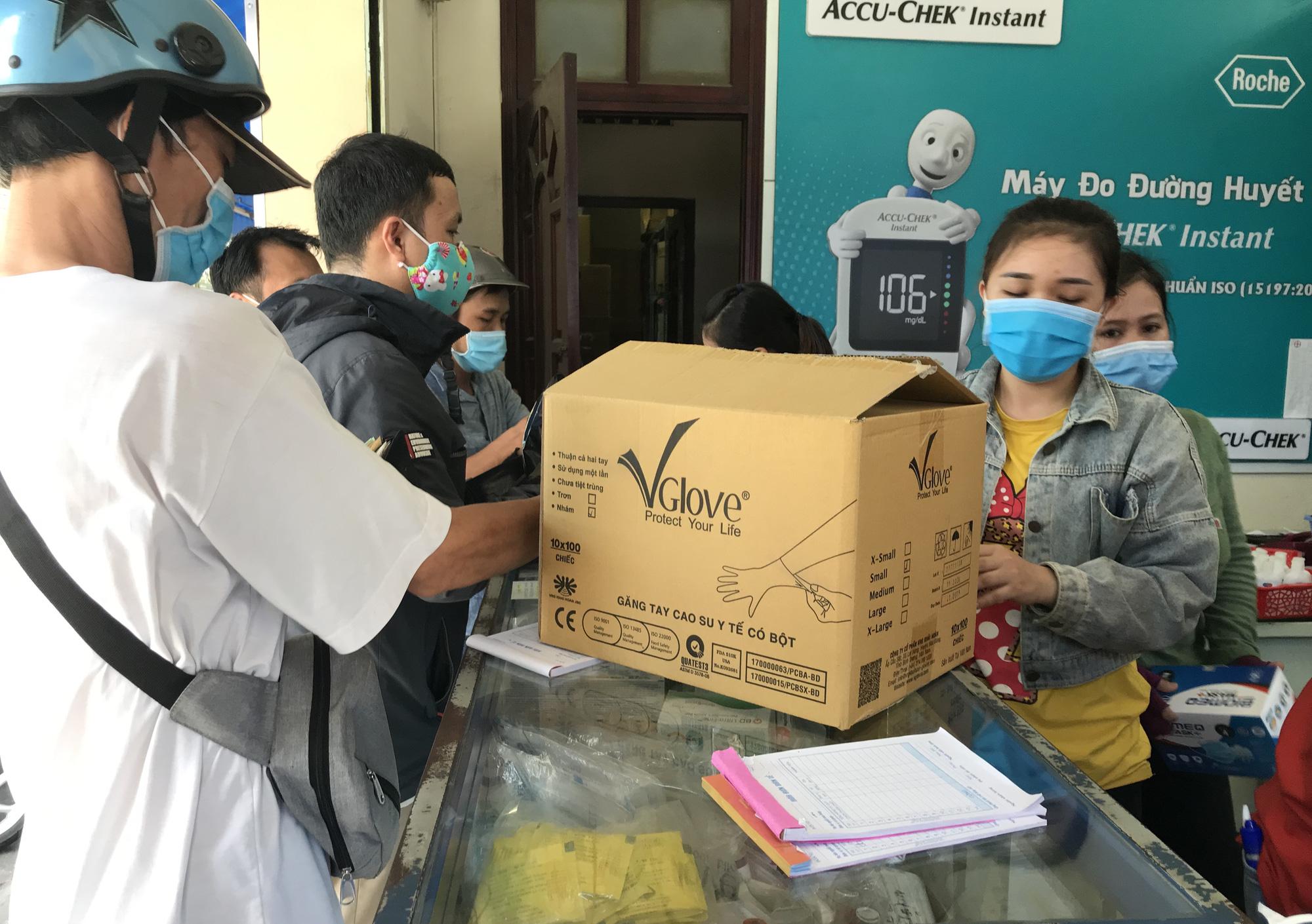 Covid-19 tại TP.HCM: Người dân lại ùn ùn kéo đi mua khẩu trang y tế - Ảnh 1.