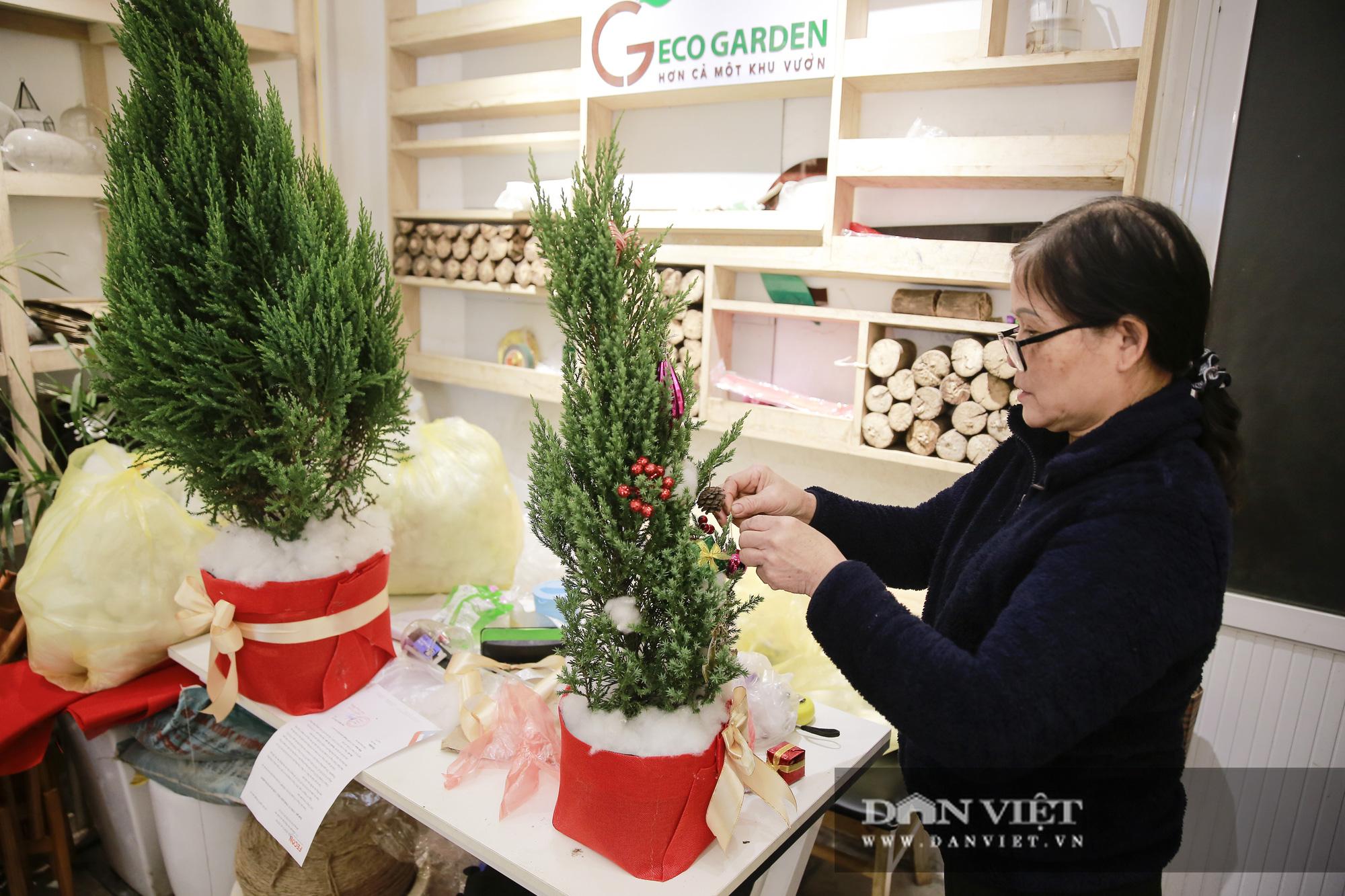 """Giá chỉ từ 100.000 đồng, """"bản sao"""" của cây thông thật đắt khách dịp Giáng sinh 2020 - Ảnh 8."""