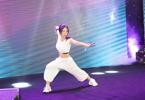 Ngắm nhan sắc của 2 hotgirl Việt đam mê múa côn nhị khúc - Ảnh 5.