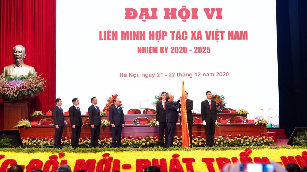 """Thủ tướng Nguyễn Xuân Phúc: """"Đóng góp 4,8% GDP của cả nước, kinh tế tập thể, HTX là xu hướng tất yếu""""  - Ảnh 2."""