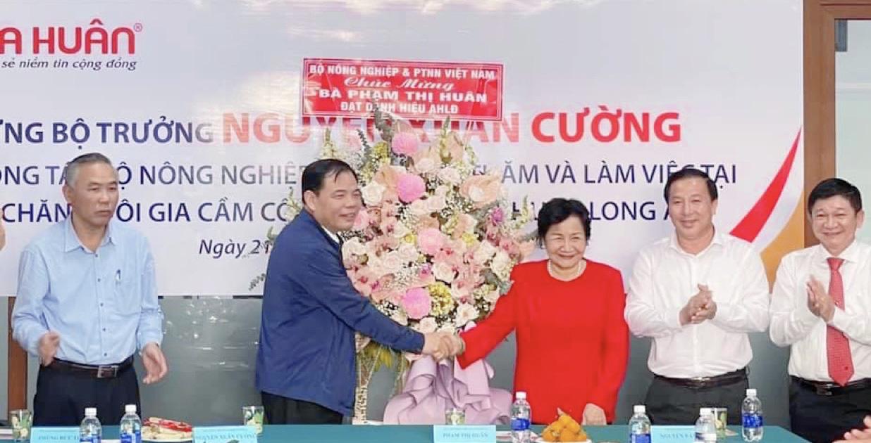 Anh hùng Lao động Phạm Thị Huân cảm ơn lãnh đạo Đảng, Nhà nước, ban, bộ, ngành trung ương, địa phương, nông dân - Ảnh 3.