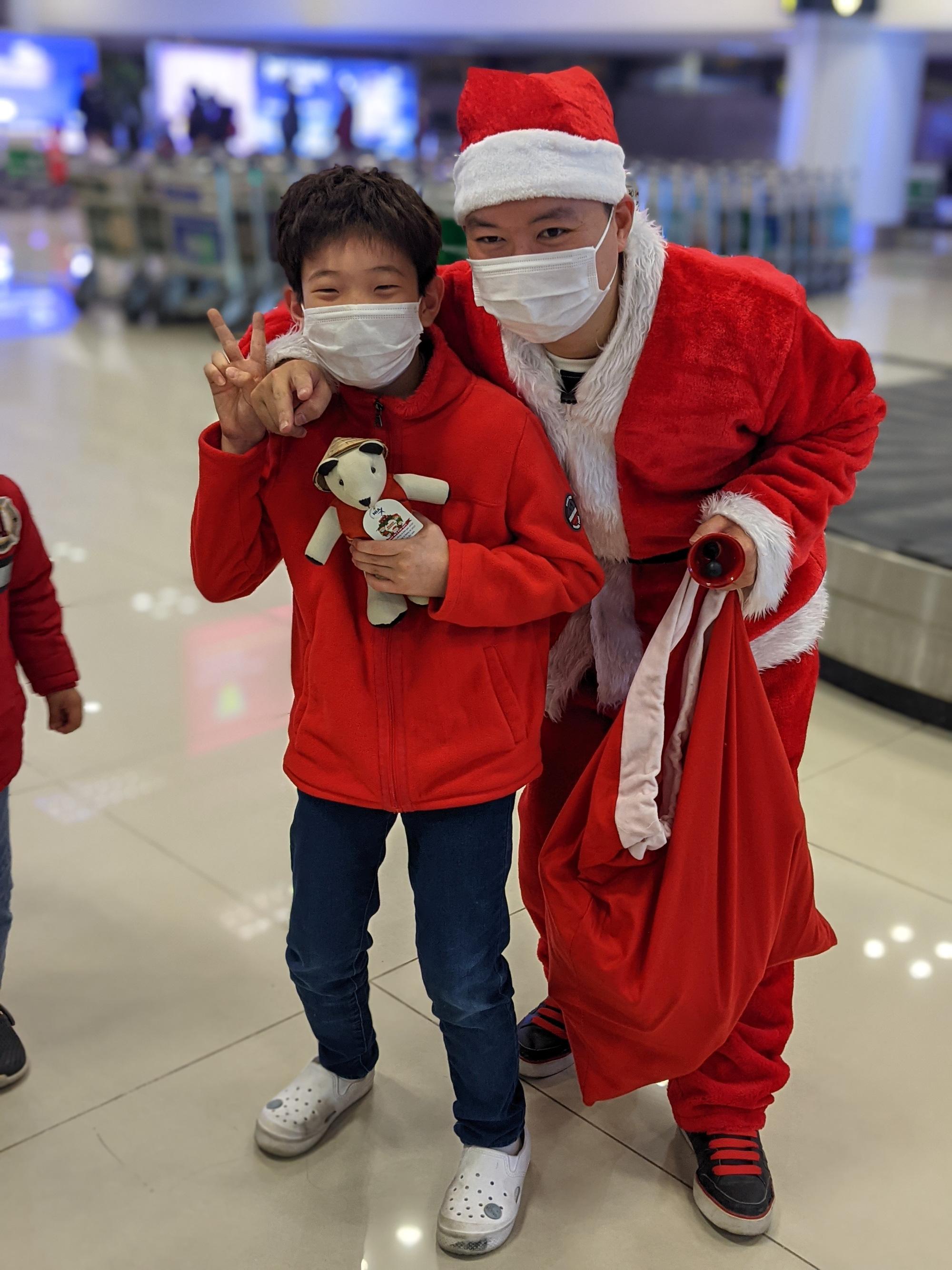 NIA Tặng quà giáng sinh cho khách nhí đi tàu bay  - Ảnh 2.