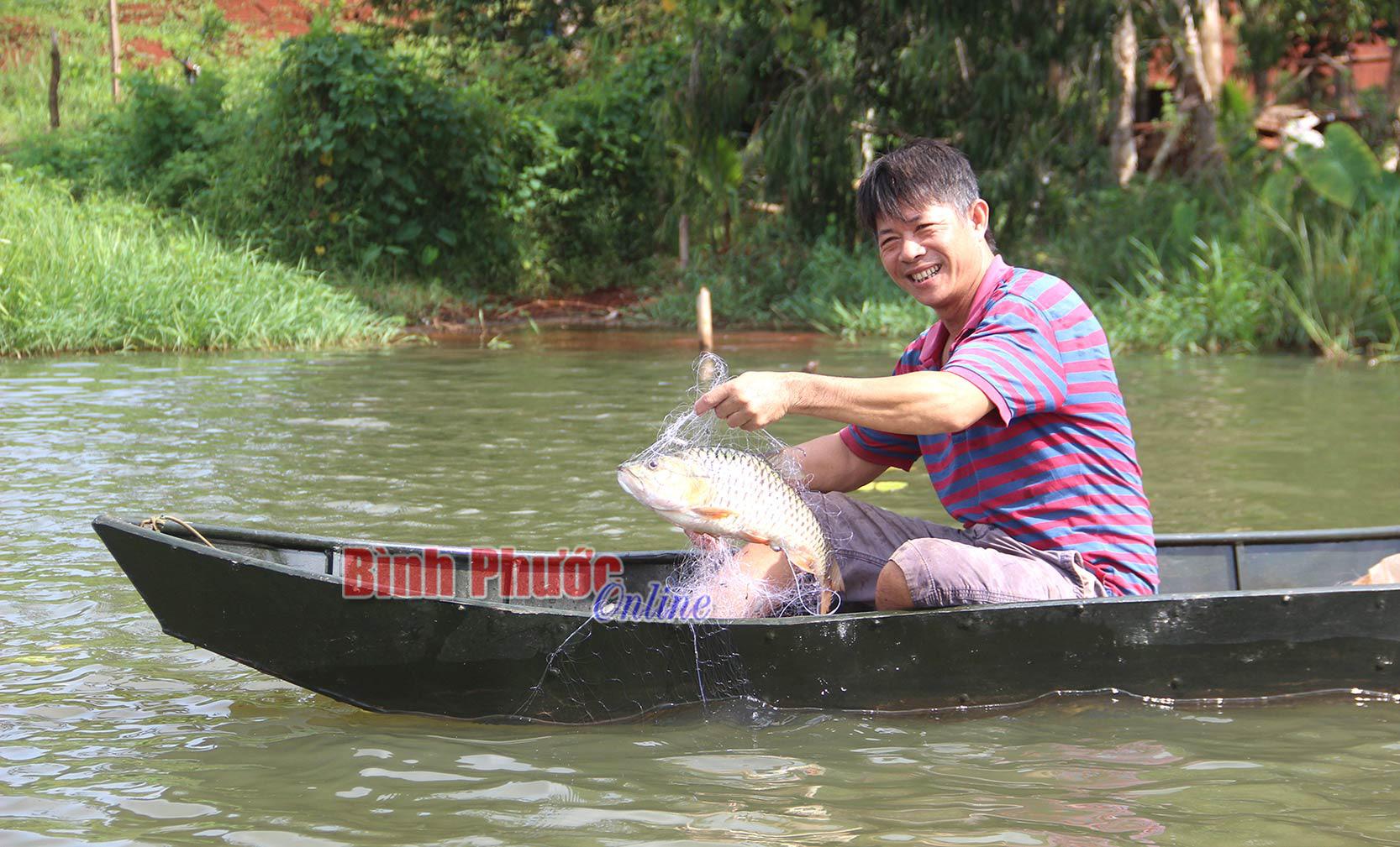 Hồ thủy lợi nào ở tỉnh Bình Phước mà dân mỗi ngày bắt được hàng tạ cá ngon, bán loanh quanh cũng hết sạch? - Ảnh 1.