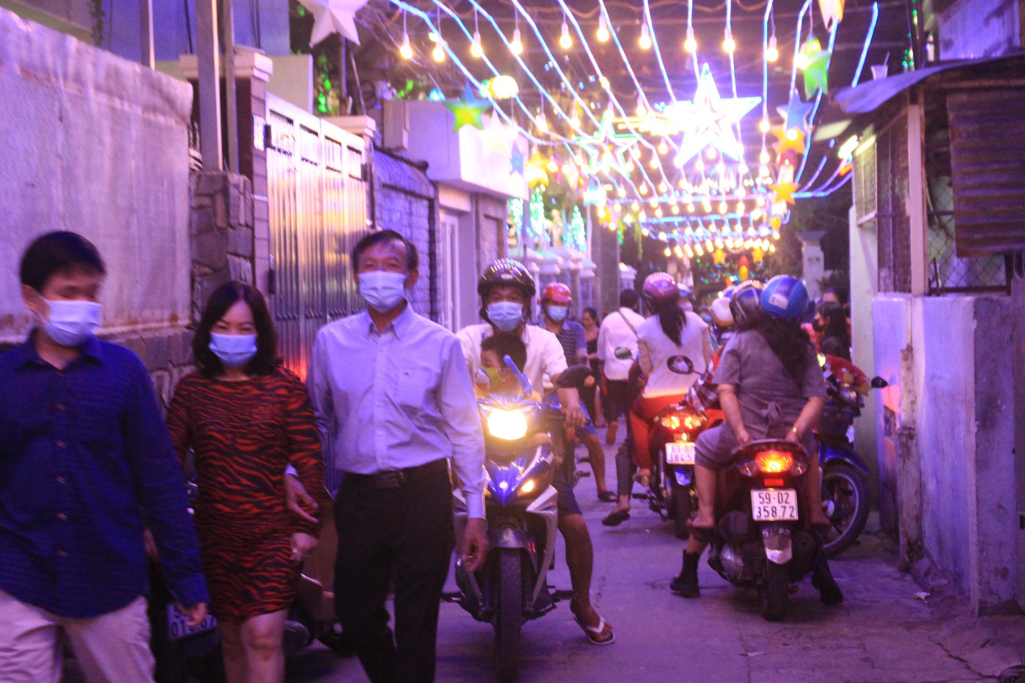 Đường Sài Gòn tắc nghẽn, người dân đổ xô đi chơi Giáng sinh - Ảnh 5.