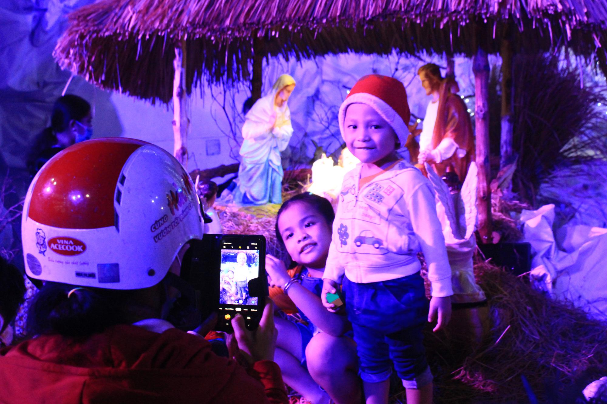 Đường Sài Gòn tắc nghẽn, người dân đổ xô đi chơi Giáng sinh - Ảnh 4.