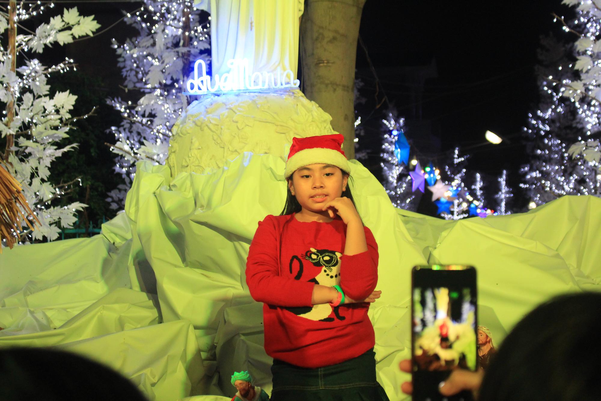 Đường Sài Gòn tắc nghẽn, người dân đổ xô đi chơi Giáng sinh - Ảnh 6.