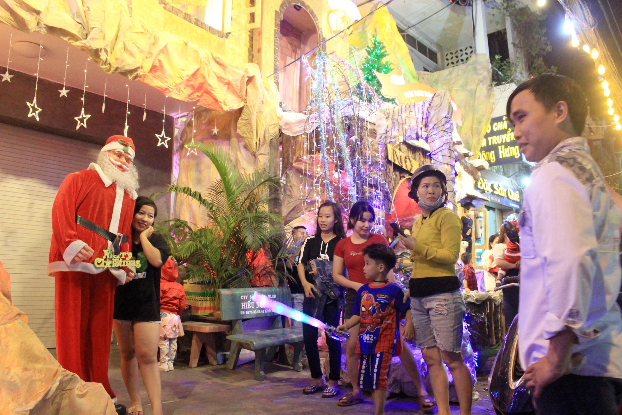 Đường Sài Gòn tắc nghẽn, người dân đổ xô đi chơi Giáng sinh - Ảnh 11.