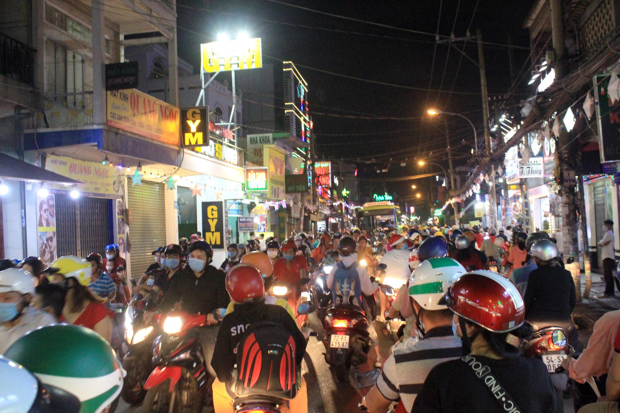 Đường Sài Gòn tắc nghẽn, người dân đổ xô đi chơi Giáng sinh - Ảnh 14.