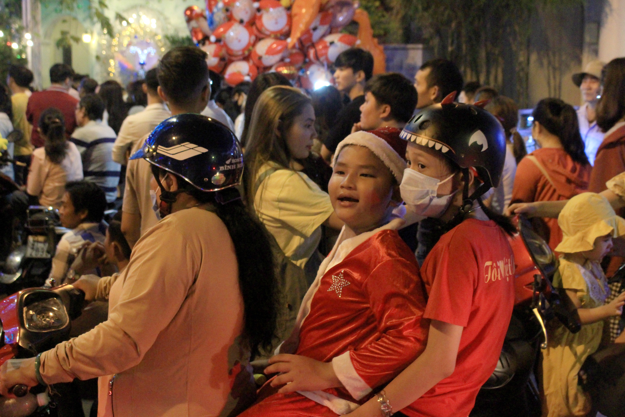 Đường Sài Gòn tắc nghẽn, người dân đổ xô đi chơi Giáng sinh - Ảnh 1.