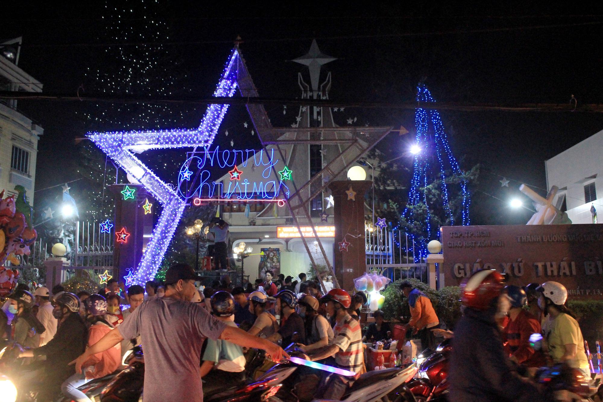 Đường Sài Gòn tắc nghẽn, người dân đổ xô đi chơi Giáng sinh - Ảnh 2.
