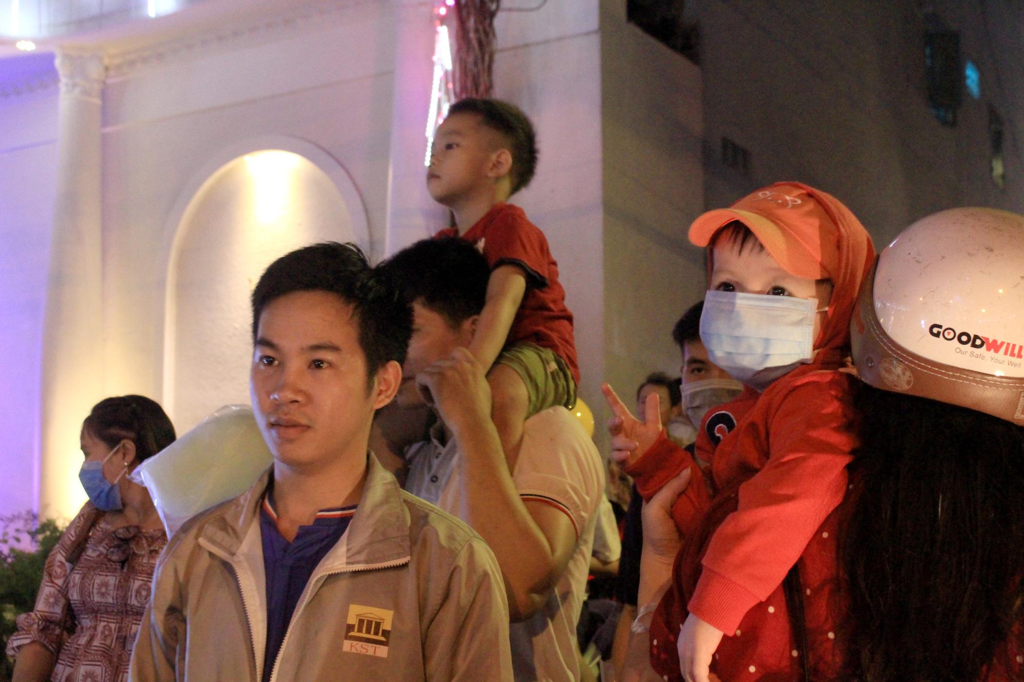 Đường Sài Gòn tắc nghẽn, người dân đổ xô đi chơi Giáng sinh - Ảnh 9.