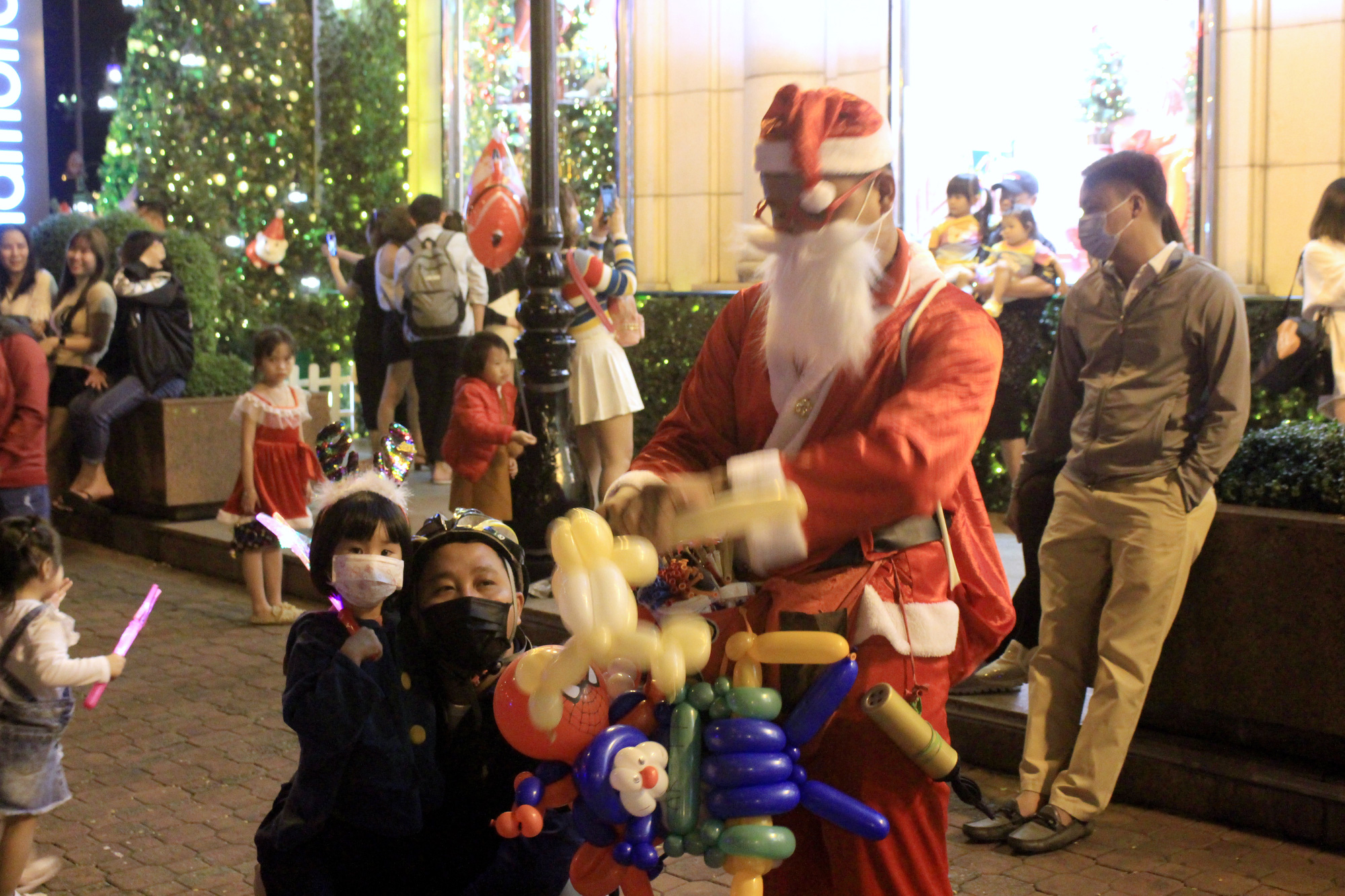 Đường Sài Gòn tắc nghẽn, người dân đổ xô đi chơi Giáng sinh - Ảnh 13.