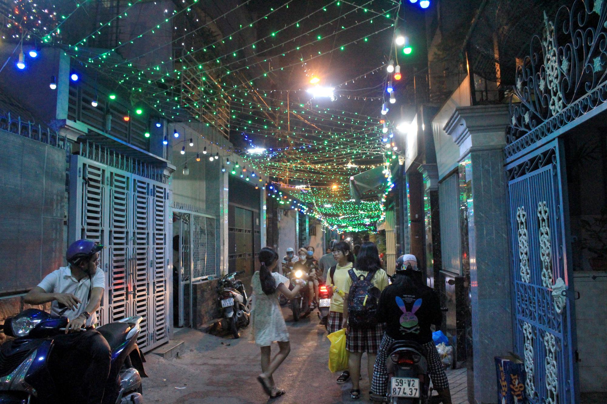 Đường Sài Gòn tắc nghẽn, người dân đổ xô đi chơi Giáng sinh - Ảnh 7.