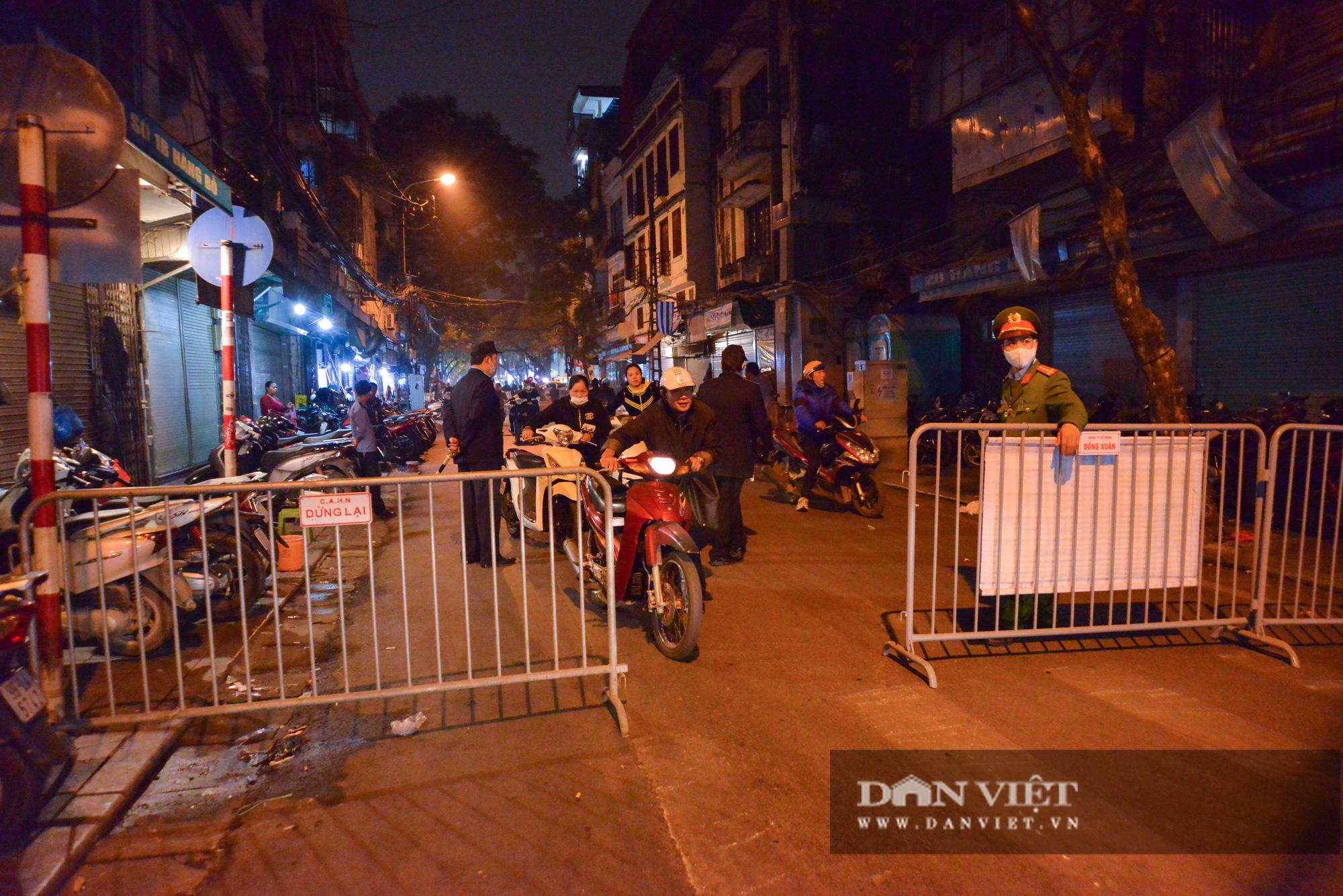 Dân phố cổ cảm thấy bất tiện khi Hà Nội mở rộng thêm 8 tuyến phố đi bộ - Ảnh 10.