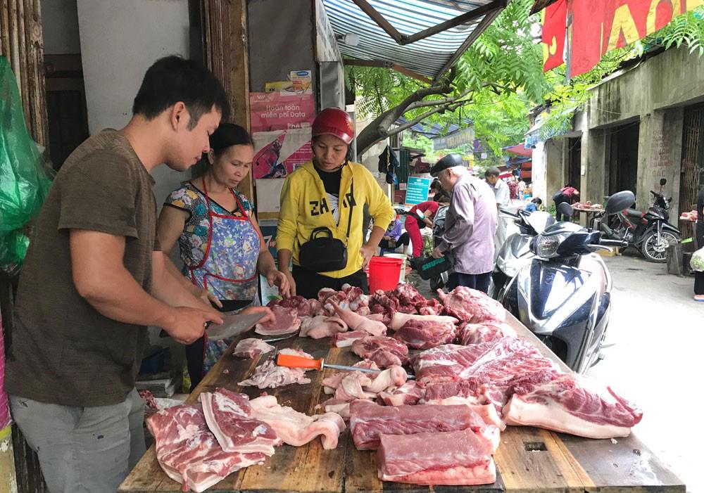 Hà Nội dự kiến cung ứng gần 57 tấn thịt lợn cho dịp Tết, dân không lo thiếu - Ảnh 1.