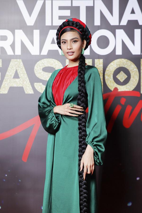 """""""Vietnam International Fashion Festival 2020"""": Những siêu mẫu vang bóng một thời chứng tỏ đẳng cấp - Ảnh 12."""