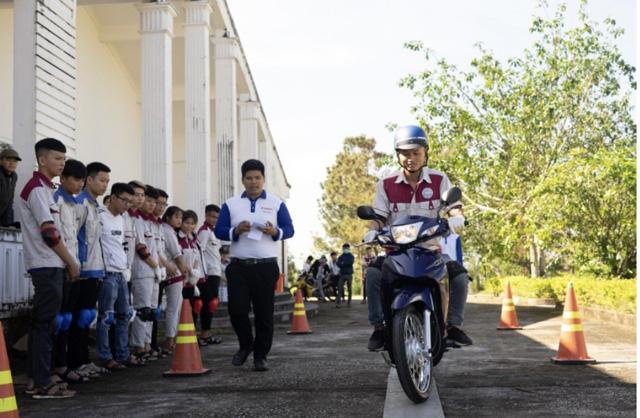 Quảng Ngãi: Sinh viên trường Cao đẳng Kỹ nghệ Dung Quất với ngày hội lái xe an toàn  - Ảnh 2.