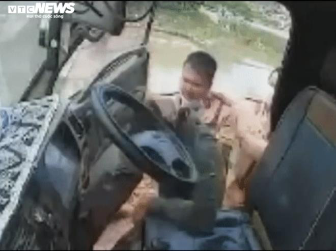 CSGT tát tài xế xe tải cố tình bỏ chạy 7km ở Bắc Giang: Thông tin mới bất ngờ - Ảnh 1.
