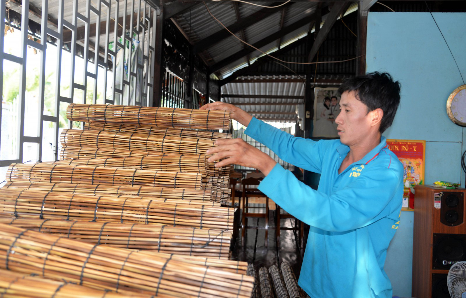 An Giang: Cả làng này với hơn 700 người dân tập nập đan lọp bắt lươn đồng, bán chạy nhất là mùa nước nổi - Ảnh 1.