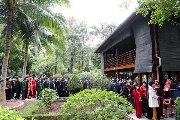 Ảnh: Các Đại biểu các DTTS Việt Nam xúc động vào Lăng viếng Chủ tịch Hồ Chí Minh  - Ảnh 7.