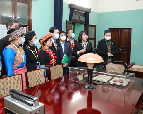 Ảnh: Các Đại biểu các DTTS Việt Nam xúc động vào Lăng viếng Chủ tịch Hồ Chí Minh  - Ảnh 9.